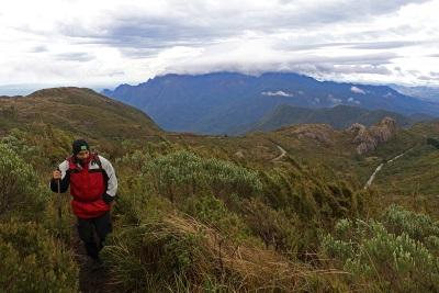 Os primeiros metros de caminhada da Travessia da Serra Negra. Foto: Duda Menegassi.