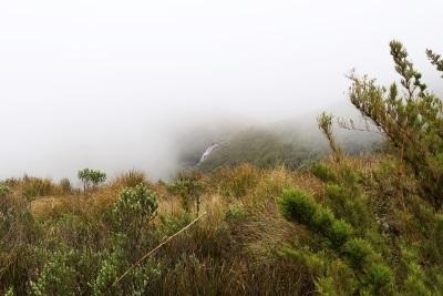 A Cachoeira do Aiuruoca prestes a desaparecer por detrás da nuvem. Foto: Duda Menegassi.
