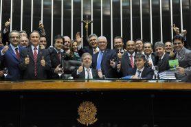 Parlamentares comemoram a aprovação do Novo Código Florestal, me abril de 2012. Foto:  Parlamentares comemoram a aprovação do Novo Código Florestal, me abril de 2012. Foto: J.Batista/Câmara dos Deputados.