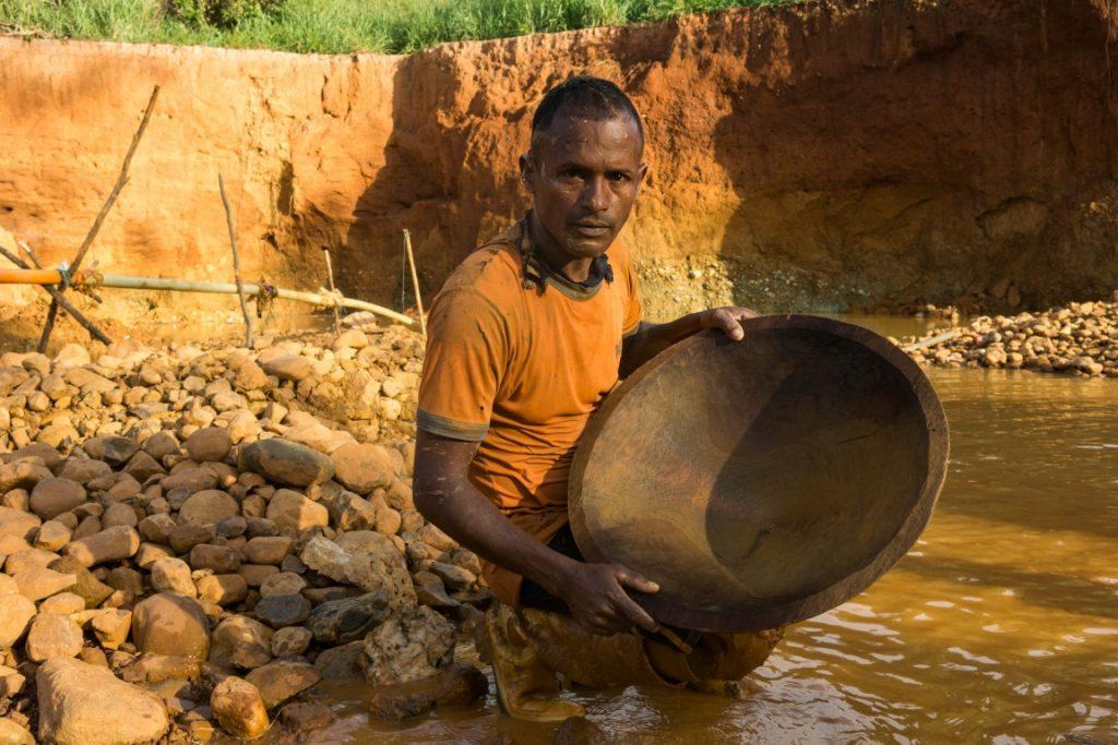 Mineiro trabalhando na extração de pedras de onde será extraído o ouro. Foto: Bram Ebus/InfoAmazonia.