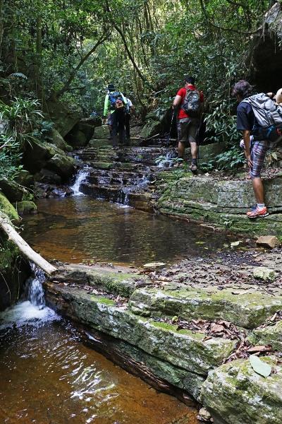 Trilha se intercala com o rio dos Ciganos, que dá nome à região. Foto: Duda Menegassi.