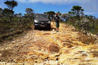 Caminhos rurais mal desenhados se convertem em torrentes com alto poder erosivo. Foto: Marc Dourojeanni.