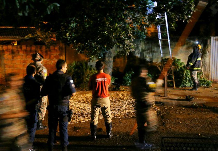 Operação atravessou a madrugada e deixou autoridades e moradores aflitos. Foto: Franz Mendes