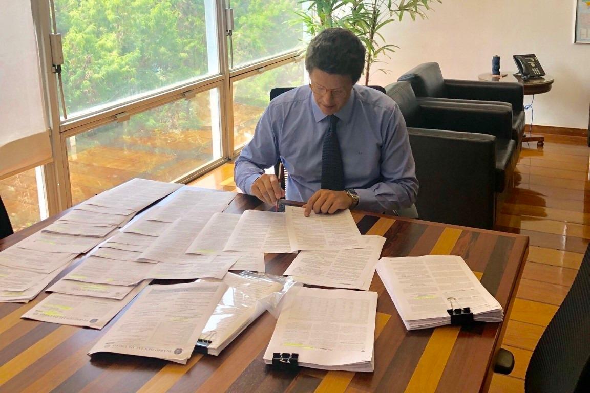 Ricardo Salles suspende todos os contratos e parcerias com ONGs