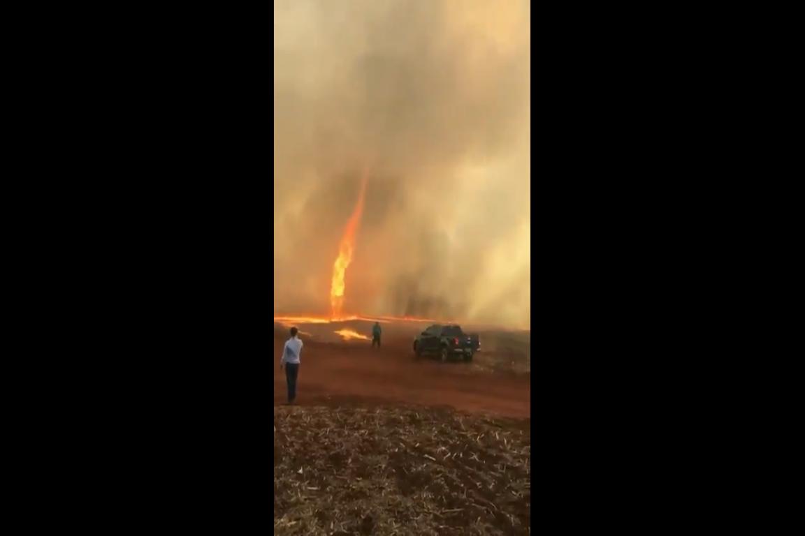 """""""Redemoinho de fogo"""" é formado durante queimada em Goiás"""