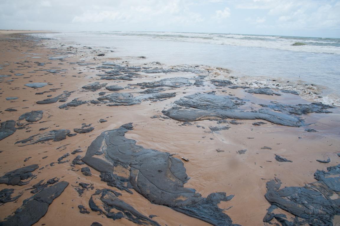 Sergipe decreta situação de emergência depois de mancha de óleo atingir 10 praias