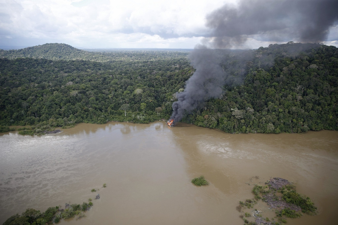 Bolsonaro promete a garimpeiros que vai rever norma sobre queima de máquinas