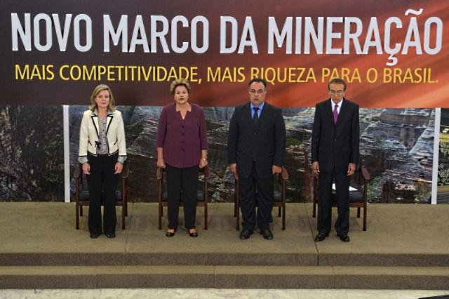 Presidente Dilma e ministros na cerimônia de lançamento do Marco Regulatório da Mineração. Foto: Wilson Dias/ABr.
