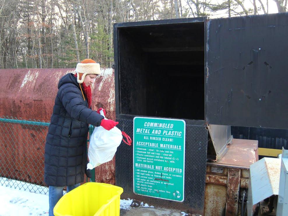 Na estação de lixo em Massachusetts, bacana dispõe do próprio lixo