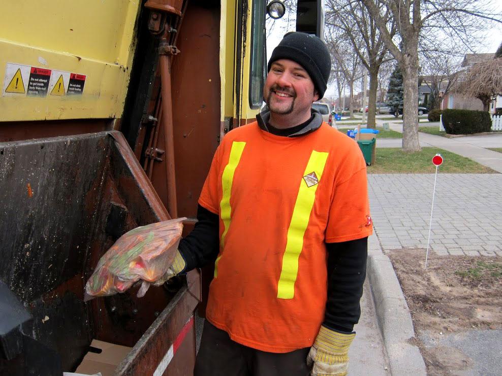 Toronto, Canadá: correndo atrás do caminhão de lixo