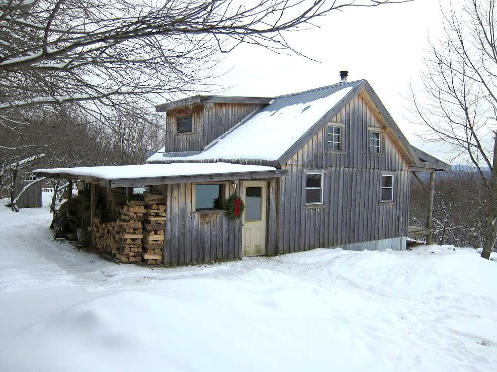 Uma casa sustentável perdida entre a neve