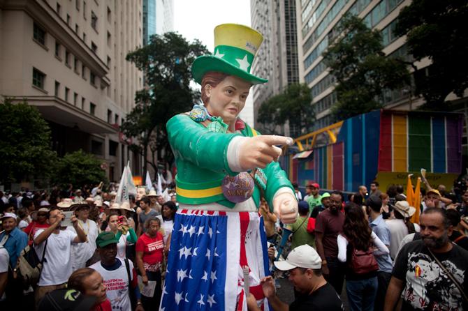 """Dilma vira """"Uncle Sam"""" em protesto na Avenida Rio Branco"""
