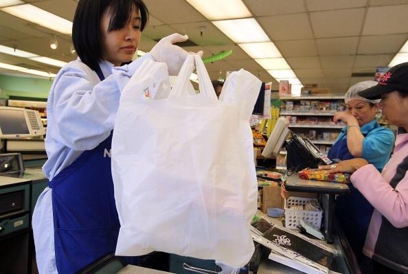 Sacolinhas voltam a ser distribuídas em supermercados de SP