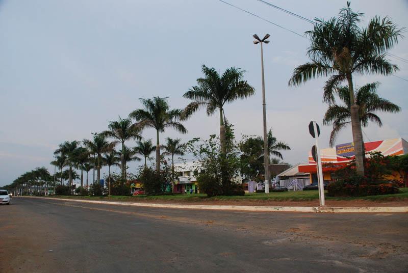 A avenida principal tem canteiro central e belos coqueiros, mas isso não apaga o nome do município da lista negra do Ibama.