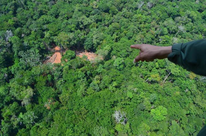 O Fiel aponta esplanada onde agentes por terra encontraram maquinário ilegal. Clique nas fotos abaixo para ampliar.(Fotos: Fabio Pellegrini)