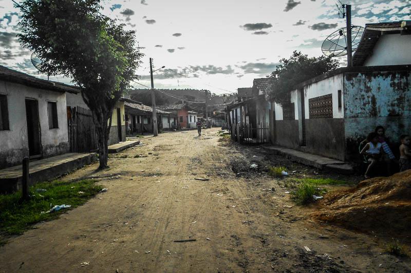 O povoado onde todos vivem de portas e janelas fechadas