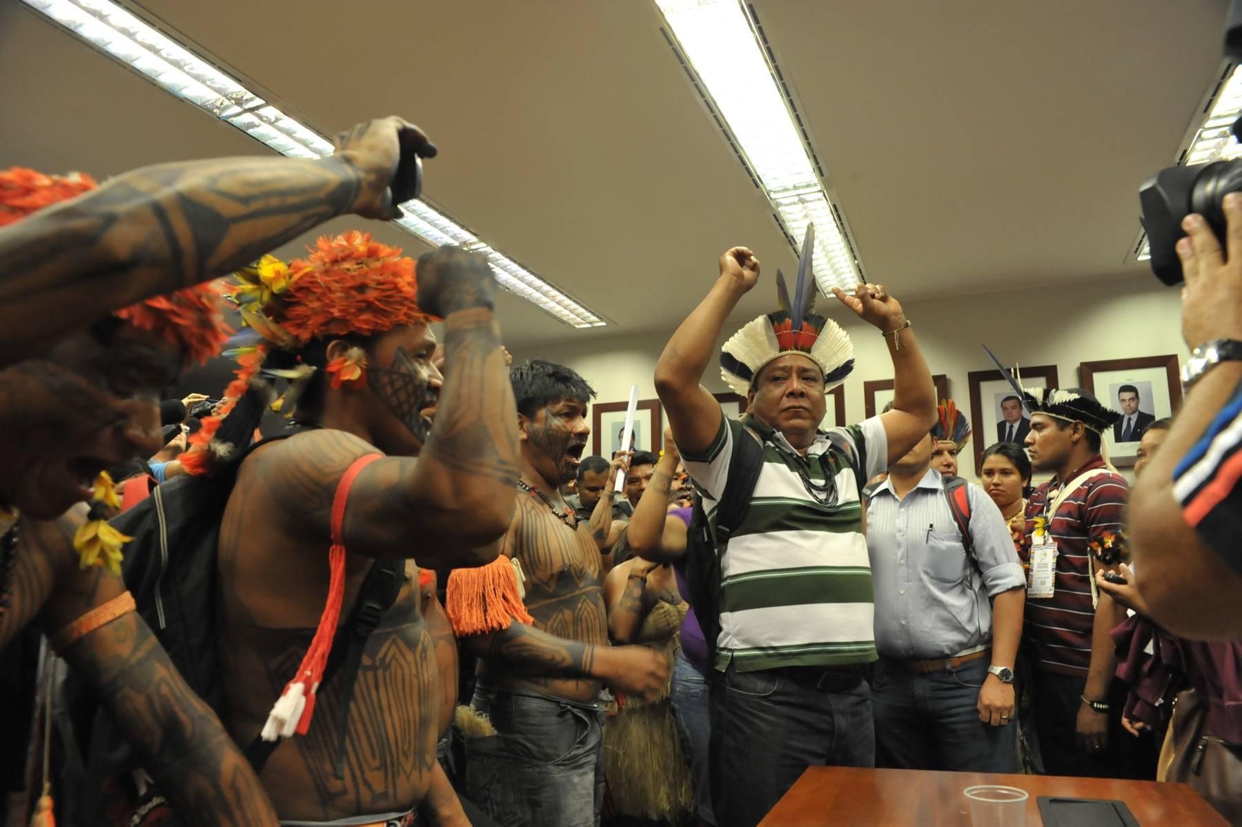 Índios Munduruku vão à Brasília contra usinas no Tapajós