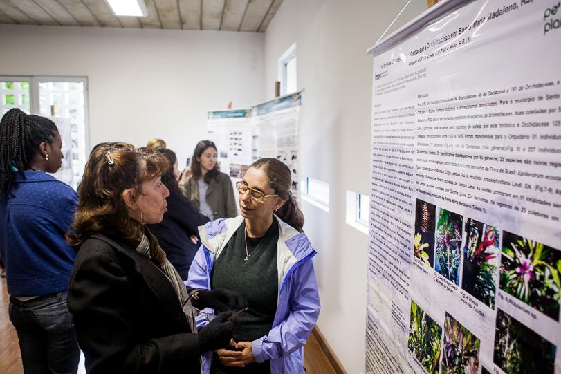 Exibição dos 12 painéis com resultados de pesquisas realizadas dentro do Parque Estadual do Desengano. Foto: Marcio Isensee e Sá / Instituto Moleque Mateiro