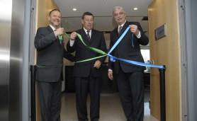 Ex-ministro-do-Desenvolvimento-Miguel-Jorge-e-Luciano-Coutinho-no-descerramento-da-faixa.-Foto-Divulgacao-BNDES